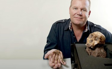 Lee_Berger_and_the_skull_and_hand_of_Australopithecus_sediba_800x494_update (1)